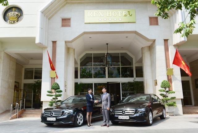 Đại diện MBV – Ông Choi Duk Jun tại lễ bàn giao 2 xe E 250 cho khách sạn Rex