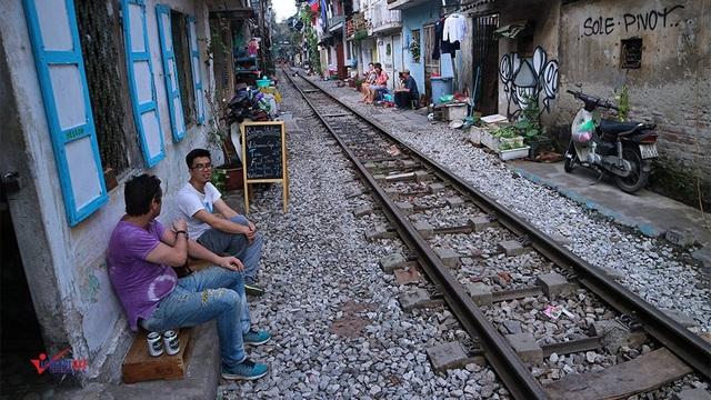 Những quá cà phê nằm sát đường ray đoạn giữa phố Điện Biên Phủ - Trần Phú cũng là nơi rất hấp dẫn du khách.