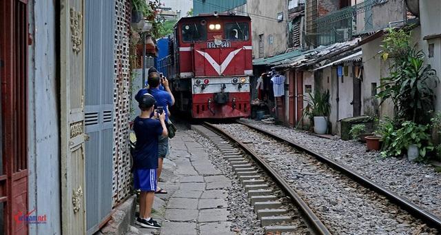 Khách Tây 'liều mạng' ở đường sắt sát nhà dân - 4