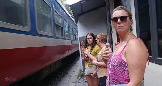 Khách Tây 'liều mạng' ở đường sắt sát nhà dân - 7