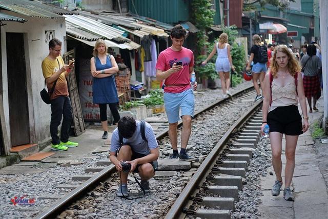 Khách Tây 'liều mạng' ở đường sắt sát nhà dân - 9