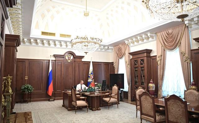 Tổng thống Putin miệt mài làm việc trong văn phòng của ông trước khi lễ nhậm chức diễn ra vào lúc 12 giờ trưa ngày 7/5 (theo giờ Moscow).
