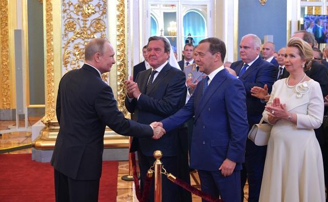 Tổng thống Putin bắt tay ông Dmitry Medvedev - người vừa được ông Putin đề cử làm thủ tướng Nga.