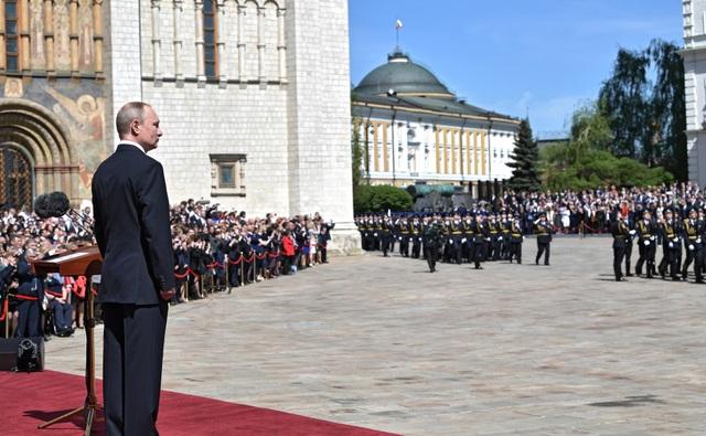 Ông Putin, Tổng thống kiêm Tổng Tư lệnh tối cao Các Lực lượng vũ trang Nga chứng kiến lễ diễu binh của đội danh dự ở bên ngoài Điện Kremlin.