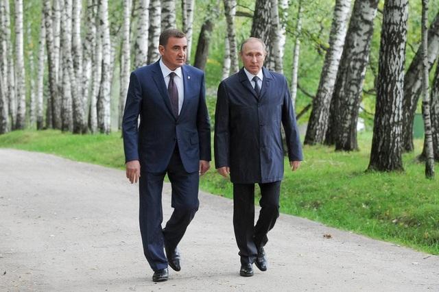 Tổng thống Putin đi cạnh Thống đốc vùng Tula Alexey Dyumin (Ảnh: Sputnik)