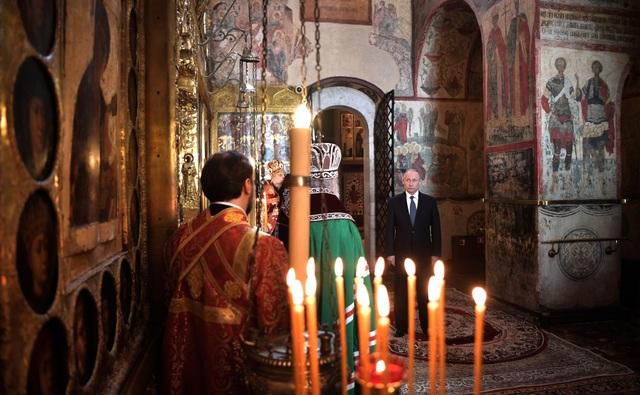 Tổng thống Putin làm lễ cầu nguyện tại nhà thờ bên trong Điện Kremlin.