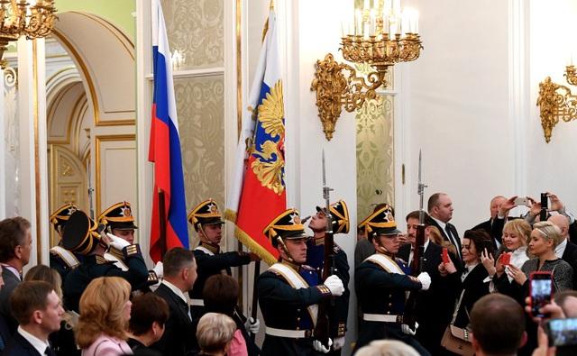 Đội danh dự mang quốc kỳ Nga tiến vào Đại sảnh Andereevsky tại Điện Kremlin - nơi diễn ra lễ nhậm chức tổng thống lần thứ 4 của ông Putin.