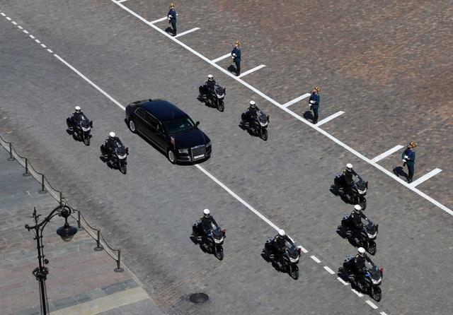 Tổng thống Putin tới nơi tổ chức lễ nhậm chức bằng siêu xe limousine mới với sự hộ tống của đoàn xe mô tô.