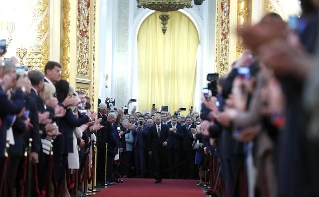 Ông Putin bước vào Đại sảnh Andereevsky trong tiếng vỗ tay của các khách mời.
