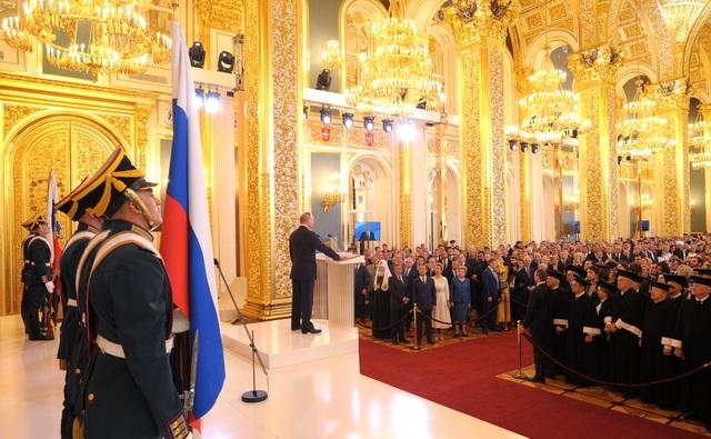Tôi xin thề sẽ thực thi quyền lực của Tổng thống Liên bang Nga để bảo vệ các quyền và tự do của nhân dân, tuân thủ và bảo vệ Hiến pháp của Liên bang Nga để bảo vệ chủ quyền, độc lập, an ninh, toàn vẹn lãnh thổ của đất nước và trung thành phục vụ nhân dân, ông Putin đọc lời tuyên thệ.