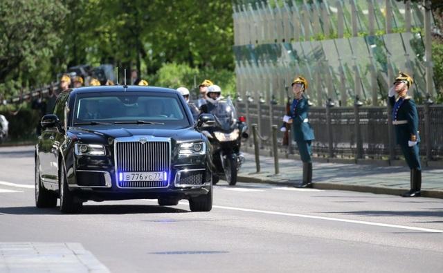 Thoạt nhìn, chiếc xe có chút giống phong cách Rolls-Royce, với lưới tản nhiệt cỡ lớn, vuông vức, gồm các thanh dọc xếp khít nhau, mang logo Auros ở trên cùng. Hai bên lưới tản nhiệt là cụm đèn pha có các chi tiết đèn LED, cùng các hốc gió lớn viền crôm.
