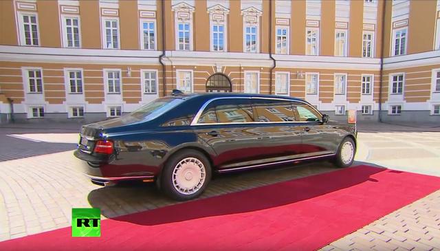 Chiếc xe bọc thép mới của Tổng thống Putin có khá nhiều chi tiết crôm tạo điểm nhấn ở bên ngoài, như viền cửa sổ và chạy dọc chân thân xe. Vì là limousine tổng thống, nên không ngạc nhiên khi có rất nhiều đèn LED khẩn cấp và ăng-ten trên nóc xe để đảm bảo thông tin liên lạc.
