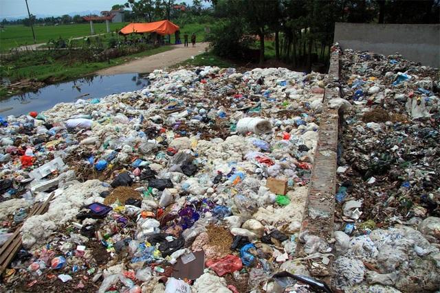 Rác đổ tràn cả ra đường, ô nhiễm nghiêm trọng.