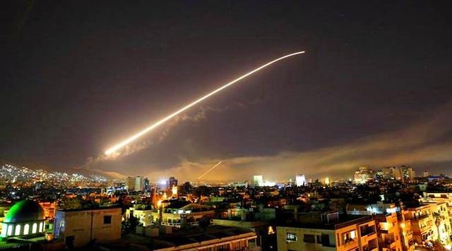 Tên lửa bay trên bầu trời Damascus, Syria trong vụ không kích ngày 14/4 (Ảnh: AP)