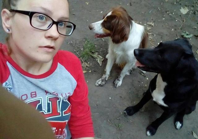 Mỗi tháng cô phải chi 50 bảng Anh (khoảng hơn 1,5 triệu đồng) để mua thức ăn cho 2 chú chó nhưng với phiếu giảm giá, cô thường xuyên không tốn đồng nào cho khoản này. (Nguồn: The Sun)