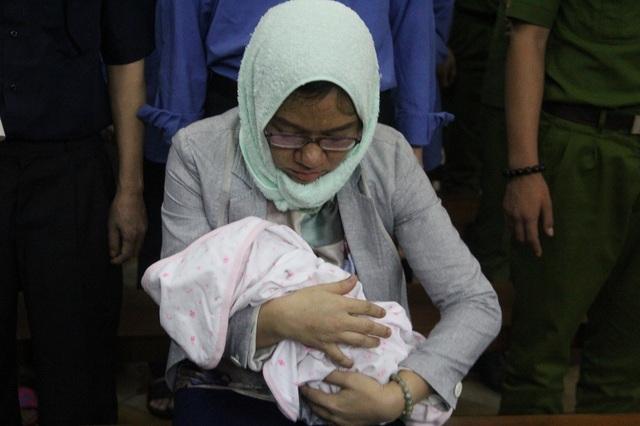 Bị cáo Bùi Thị Kim Loan mang cả con nhỏ vừa sinh vành móng ngựa