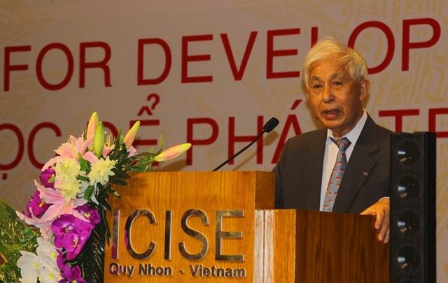 Giáo sư Trần Thanh Vân, Chủ tịch Hội Gặp gỡ Việt Nam phát biểu khai mạc
