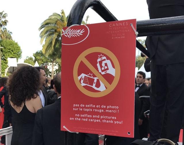 """Tấm biển cảnh báo rằng việc chụp ảnh """"tự sướng"""" trên thảm đỏ đã bị cấm"""