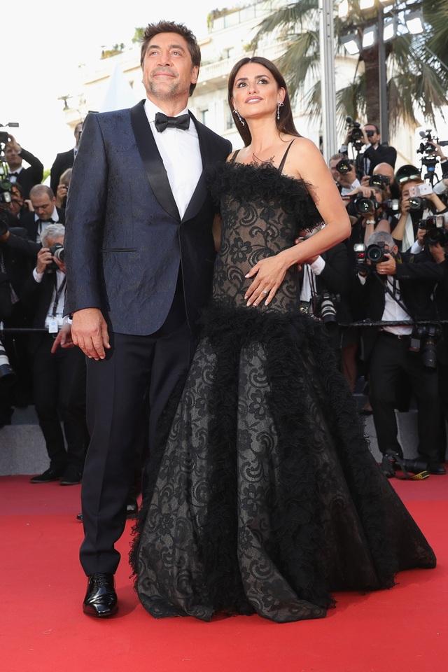 """Cặp đôi Javier Bardem và Penelope Cruz trên thảm đỏ công chiếu bộ phim tâm lý giật gân """"Everybody Knows"""". Trong phim, hai vợ chồng họ đảm nhận hai vai chính."""