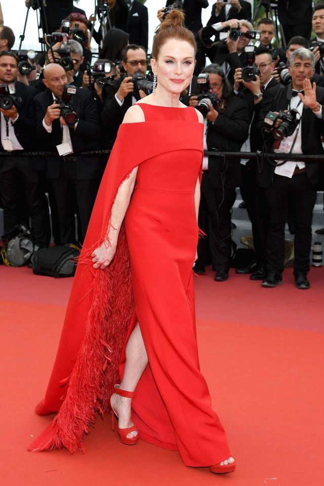 Nữ diễn viên Julianne Moore trên thảm đỏ khai mạc LHP Cannes 2018.