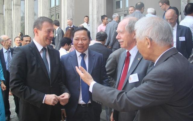 Các giáo sư Nobel và nhà khoa học trao đổi bên lề hội thảo