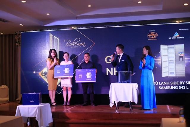 Bà Nguyễn Thị Thu Trang – TGĐ Công ty Cổ phần đầu tư và kinh doanh Địa ốc Lifespace trao giải cho các khách hàng may mắn tại Sự kiện mở bán dự án đợt 1