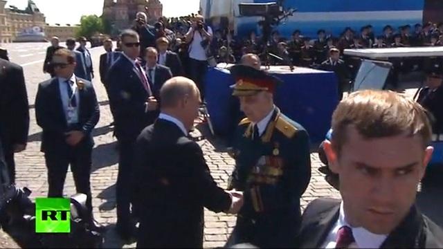 Ông Vladimir Putin bắt tay cựu chiến binh. (Ảnh: RT)