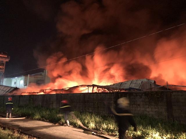 Công ty chứa 3.000 tấn giấy bốc cháy ngùn ngụt lúc rạng sáng - 2