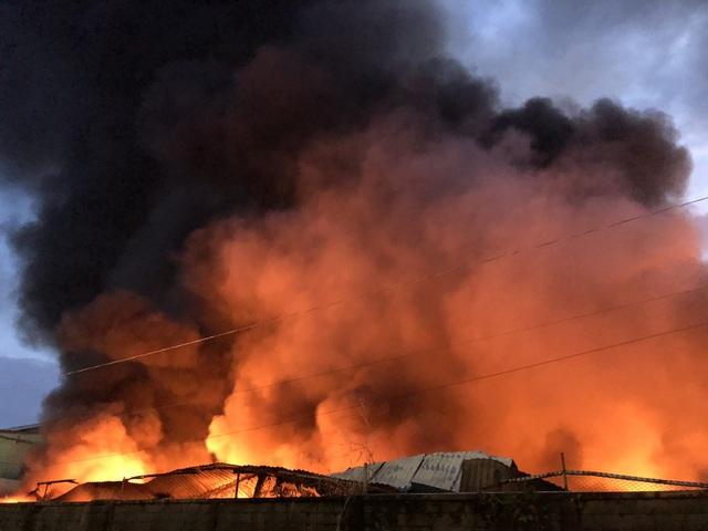 Công ty chứa 3.000 tấn giấy bốc cháy ngùn ngụt lúc rạng sáng - 1
