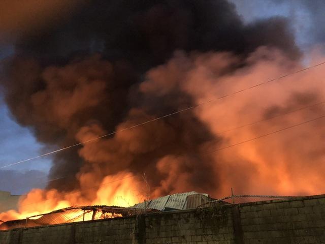 Công ty chứa 3.000 tấn giấy bốc cháy ngùn ngụt lúc rạng sáng - 6