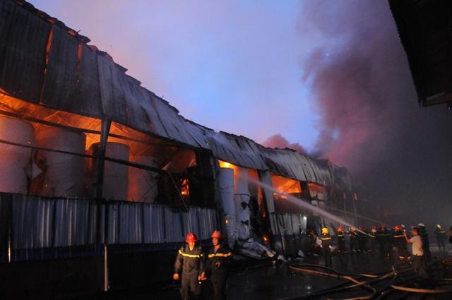 Lính cứu hoả phun nước dập lửa tại hiện trường