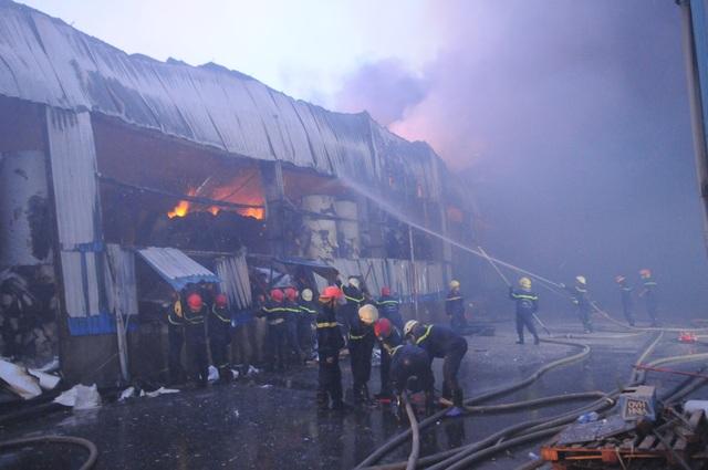 Công ty chứa 3.000 tấn giấy bốc cháy ngùn ngụt lúc rạng sáng - 7