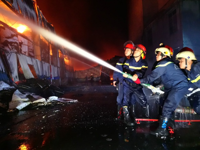 Công ty chứa 3.000 tấn giấy bốc cháy ngùn ngụt lúc rạng sáng - 4