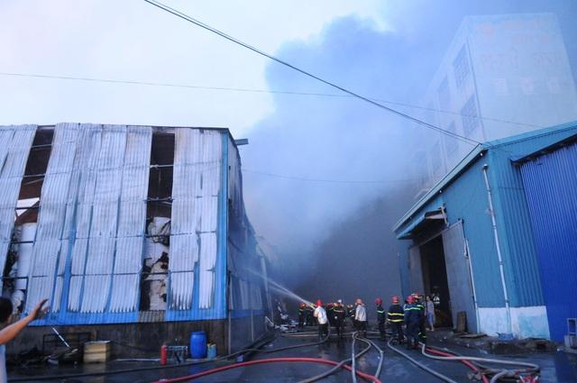 Công ty chứa 3.000 tấn giấy bốc cháy ngùn ngụt lúc rạng sáng - 9