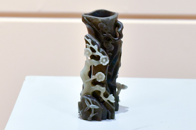 Ống bút được làm từ ngọc đen và trắng, thời Nguyễn thế kỷ 19.