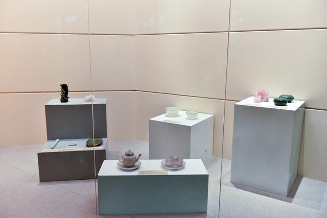 Bảo tàng Lịch sử quốc gia (Hà Nội) trưng bày một số bảo vật có từ thời nhà Nguyễn như đồ nghi lễ, đồ dùng hàng ngày và mốt số đồ dùng trong công việc triều chính.