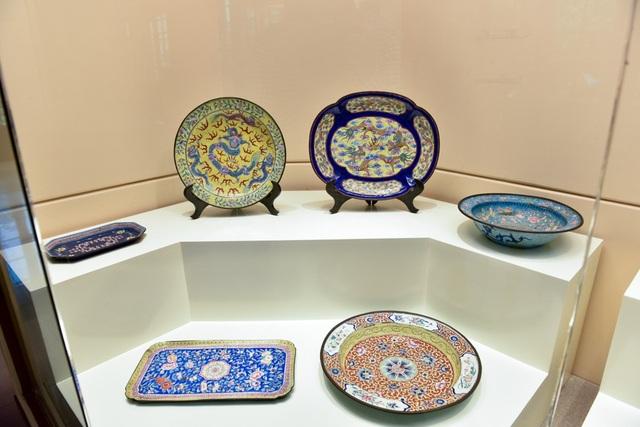 Bộ bát, đĩa, khay, đài thờ… bằng gốm, tráng men nhiều màu, là đồ dùng sinh hoạt trong cung đình Huế.