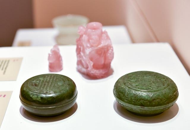 Ngọc hồng, hộp ngọc xanh dùng trong cung đình thời Nguyễn thế kỷ 19.
