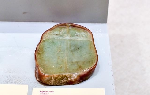 Nghiên mực làm từ ngọc xám và nâu, dùng trong cung đình thế kỷ 19.