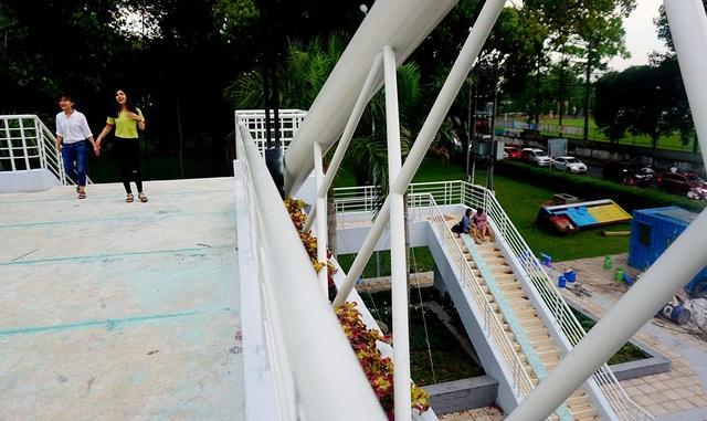 Người Sài Gòn thích thú với cầu bộ hành 11 tỷ đồng - 9
