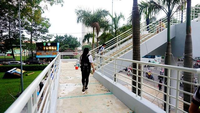 Người Sài Gòn thích thú với cầu bộ hành 11 tỷ đồng - 6