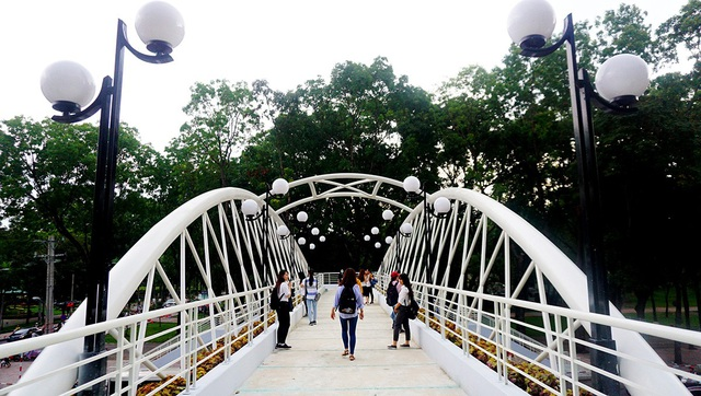 Cầu có thiết kế khá khác biệt so với những cây cầu bộ hành ở TPHCM. Điểm nhấn là hệ thống mái vòm cong 2 bên thành cầu.