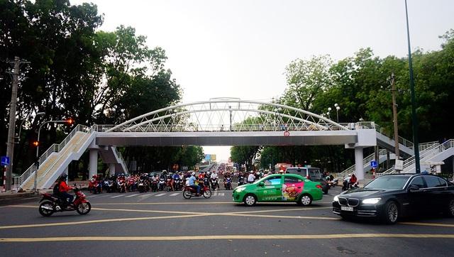 Cây cầu nối giữa 2 công viên Gia Định, quận Gò Vấp.