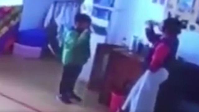 Hình ảnh được cho là giáo viên mầm non phạt học sinh uống nước đang sôi vì nói chuyện riêng (Ảnh: Youtube/RT)