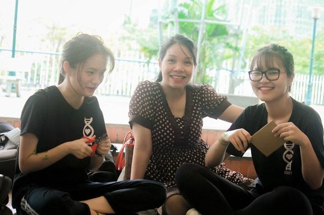 Cô giáo trong trường cũng chung vui cùng các học sinh