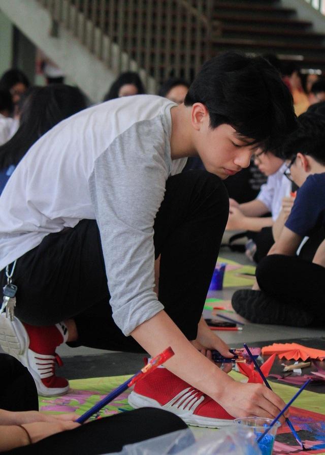 Minh Hiếu trổ tài vẽ tranh