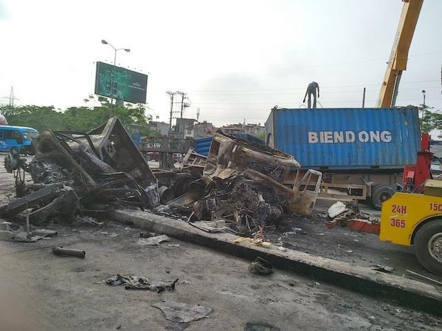Hai chiếc xe cháy rụi phần cabin, 2 vợ chồng chết thảm trong cabin xe (ảnh CTV)