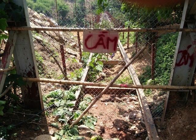 Trong thời gian chờ thanh lý, để đảm bảo an toàn tính mạng cho người dân và học sinh, UBND huyện Mường Lát chỉ đạo rào chắn phía hai đầu cầu.