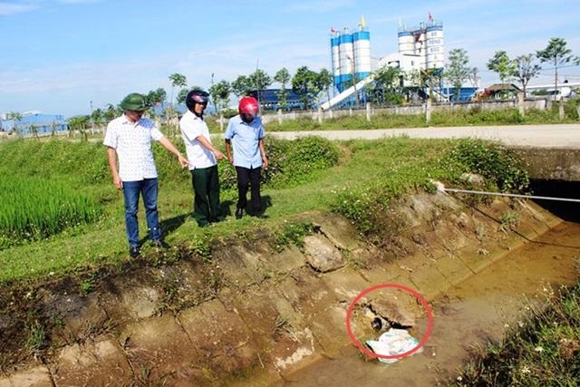 Đoàn kiểm tra chỉ một đường ống nối từ một doanh nghiệp sản xuất bê tông tươi chạy thẳng ra kênh N3, nơi xảy ra hiện tượng cá chết bất thường.