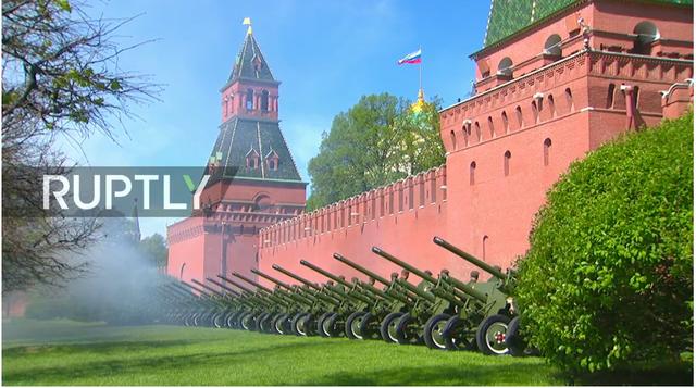 Loạt đại bác nổ vang rền bên ngoài Điện Kremlin